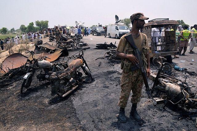 Число жертв возгорания автоцистерны в Пакистане увеличилось до 152 человек