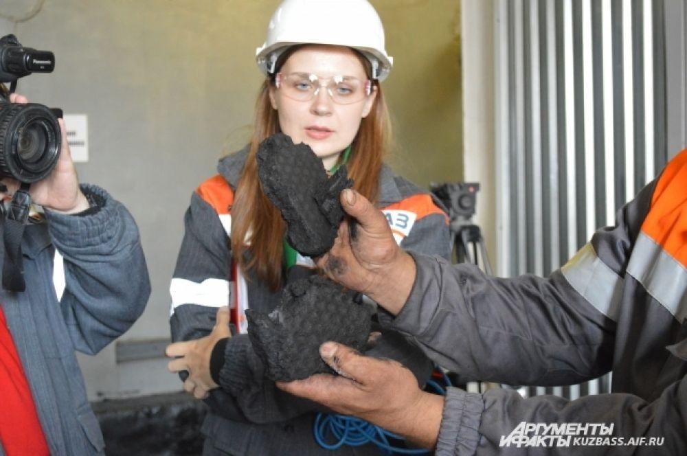 Отходы очистки, состоящие из угольной пыли и воды (так называемый, кек) здесь никуда не выбрасывают, а сушат, прессуют и продают.