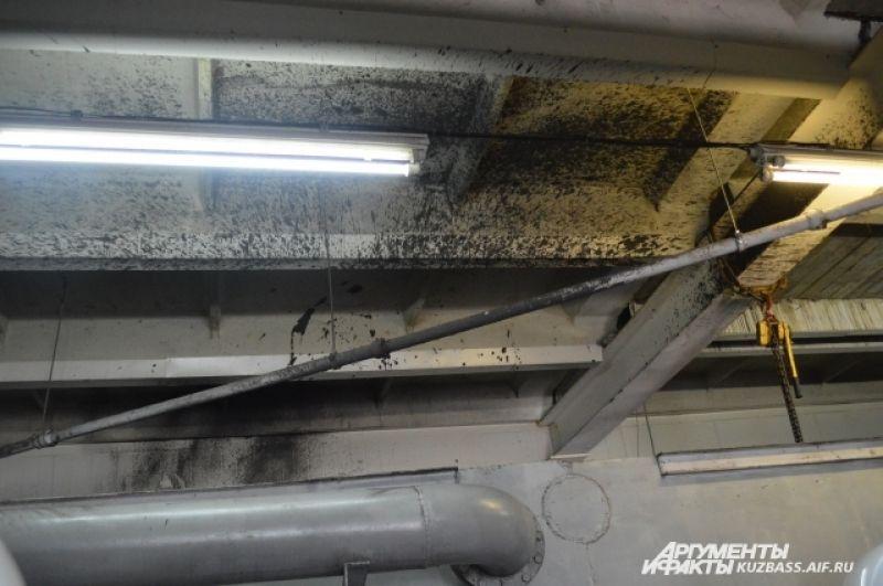 На последней стадии воду обеззараживают гипохлоридом – его химический запах чувствуется в одном из очистных помещений. А на стенах – вода.
