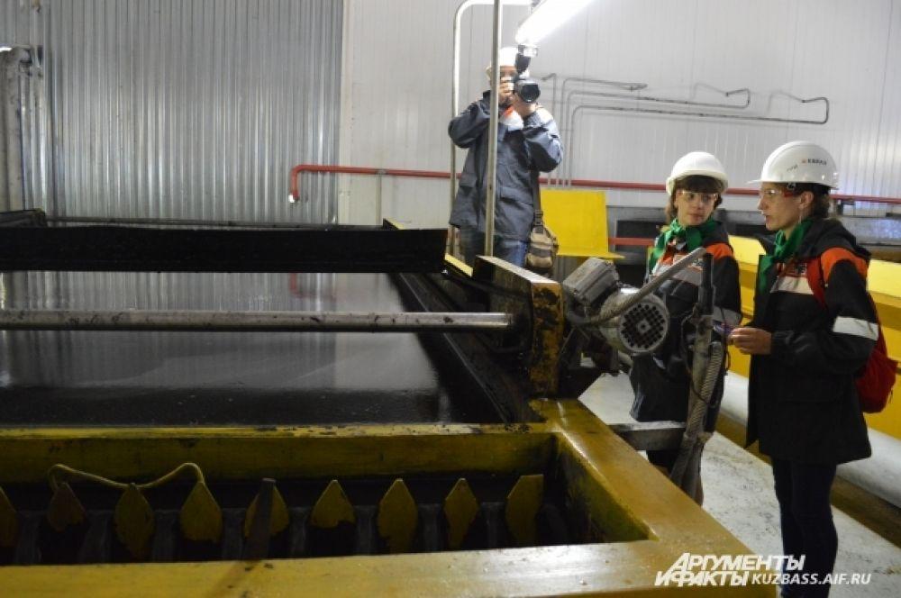 Грязная и густая шахтная вода проходит несколько стадий очистки и по траншеям уходит в речку Черновой нарык.