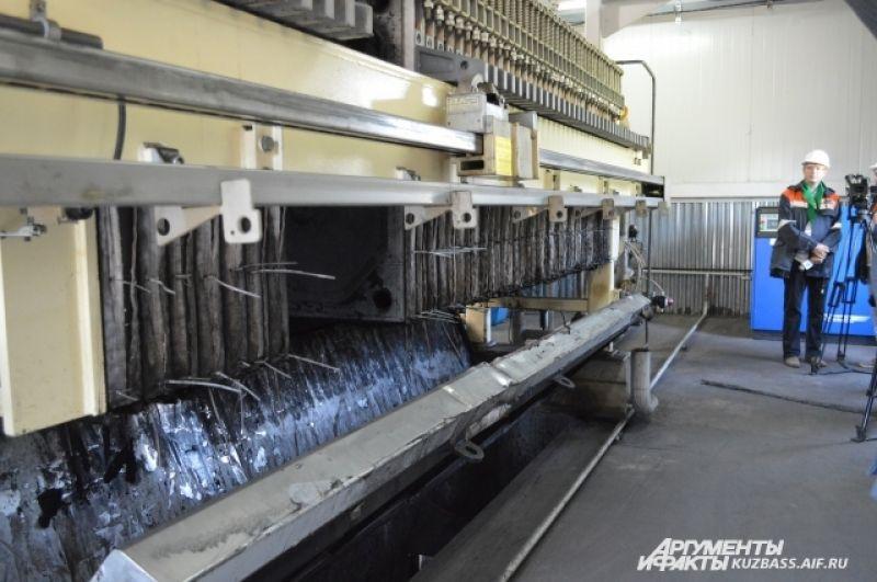 Сначала вода попадает в отстойник, затем проходит через флотаторы, фильтраты и фильтры.