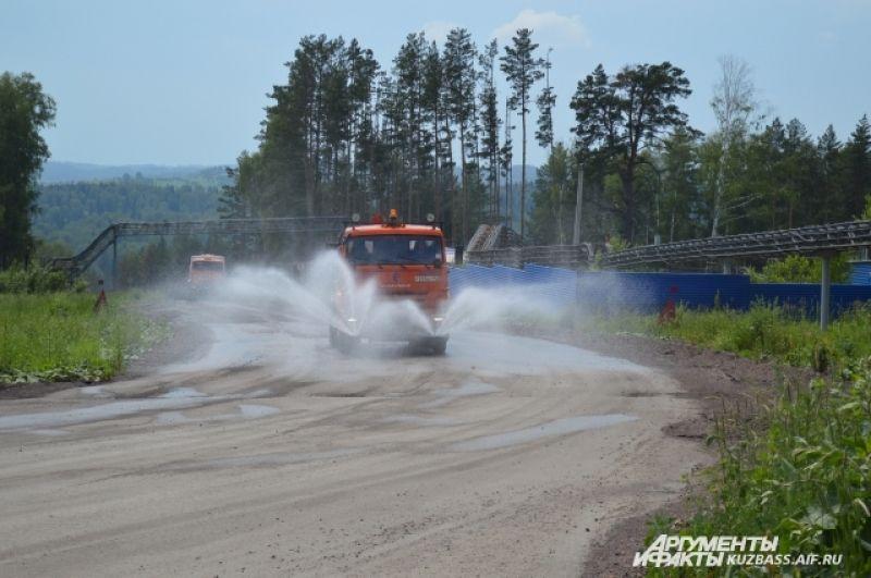 Чтобы от шахты было как можно меньше пыли, дороги тут постоянно поливают водой.