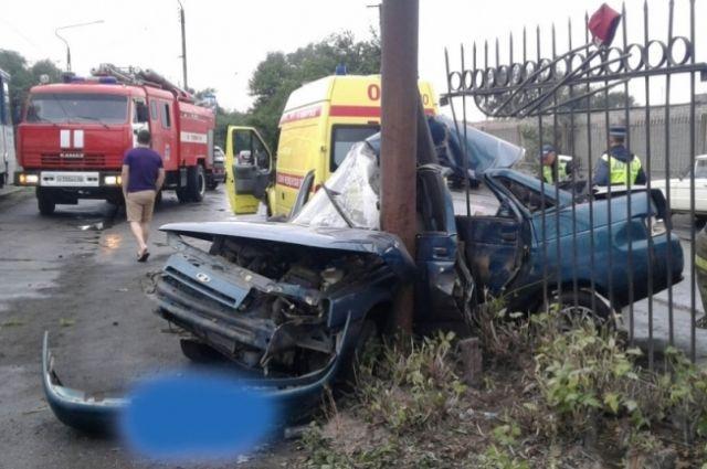 МЧС: В Новотроицке спасли водителя, застрявшего в машине в воротах