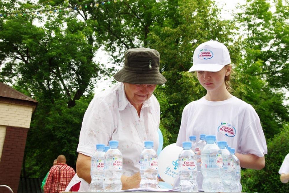Заполнив анкету, можно было утолить жажду бесплатной бутылочкой воды