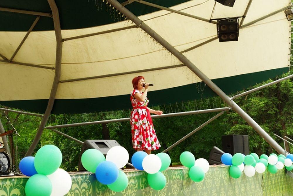 С утра и до самого вечера на сцене парка культуры им. Кирова сибиряков развлекали песнями и танцами