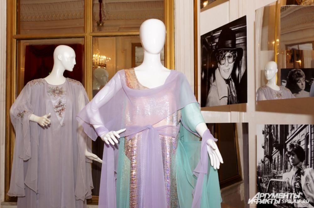 Кроме нарядов, на выставке можно увидеть фотографии разных лет.