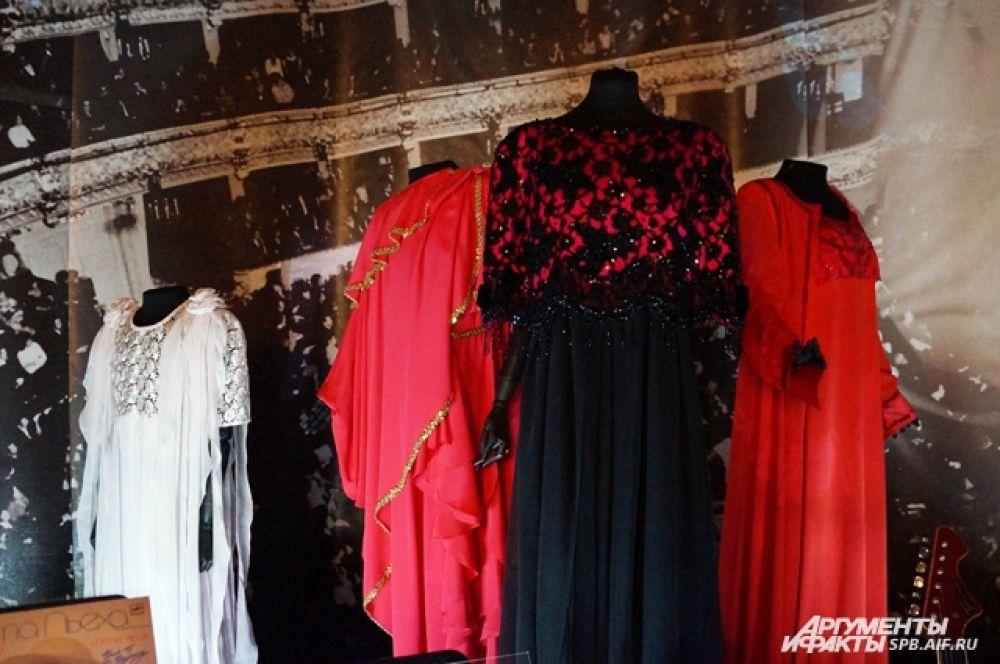 На выставке представлены концертные наряды артистки.