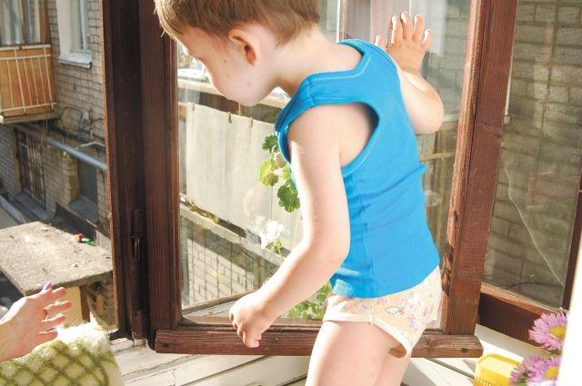 Дети чаще всего забираются на окна.