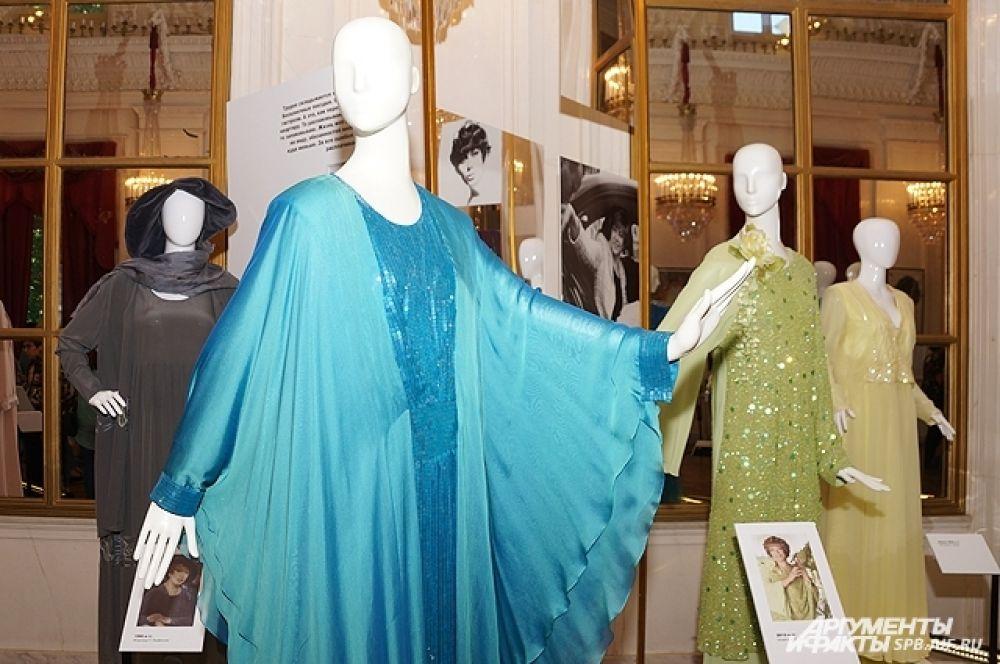 В своих нарядах Пьеха всегда была элегантной на сцене.