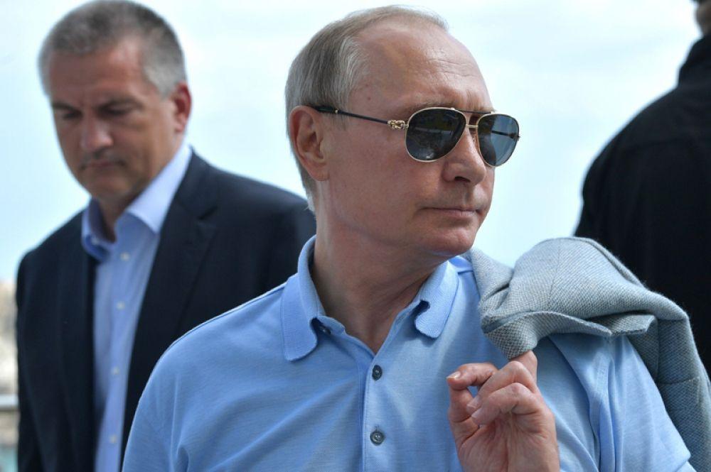 Столько же россиян (34%) назвали Владимира Путина.