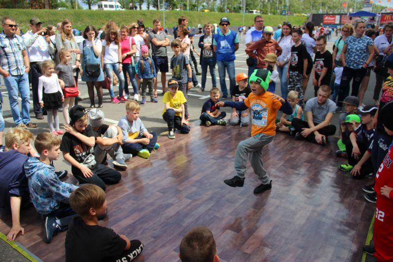 Брянские малыши дадут фору взрослым танцорам.