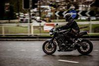 Утром 27 июня мотоциклист ездил по площади Советов в Кемерове.