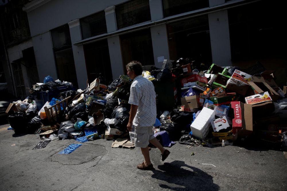 В Афинах температура воздуха держится выше +30°C, жители задыхаются от неубранного мусора.