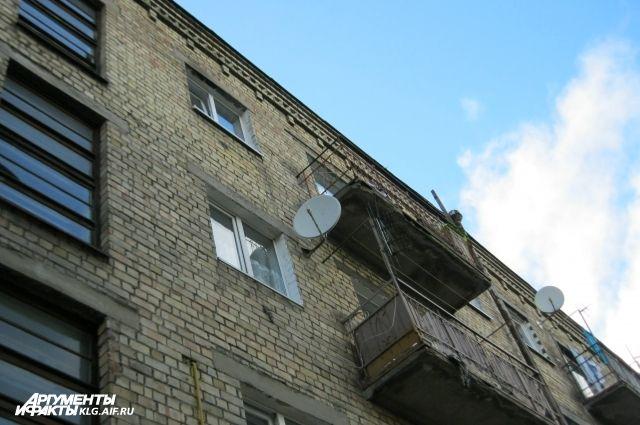 В Балтийске двое мужчин упали с балкона из-за сломавшихся перил.