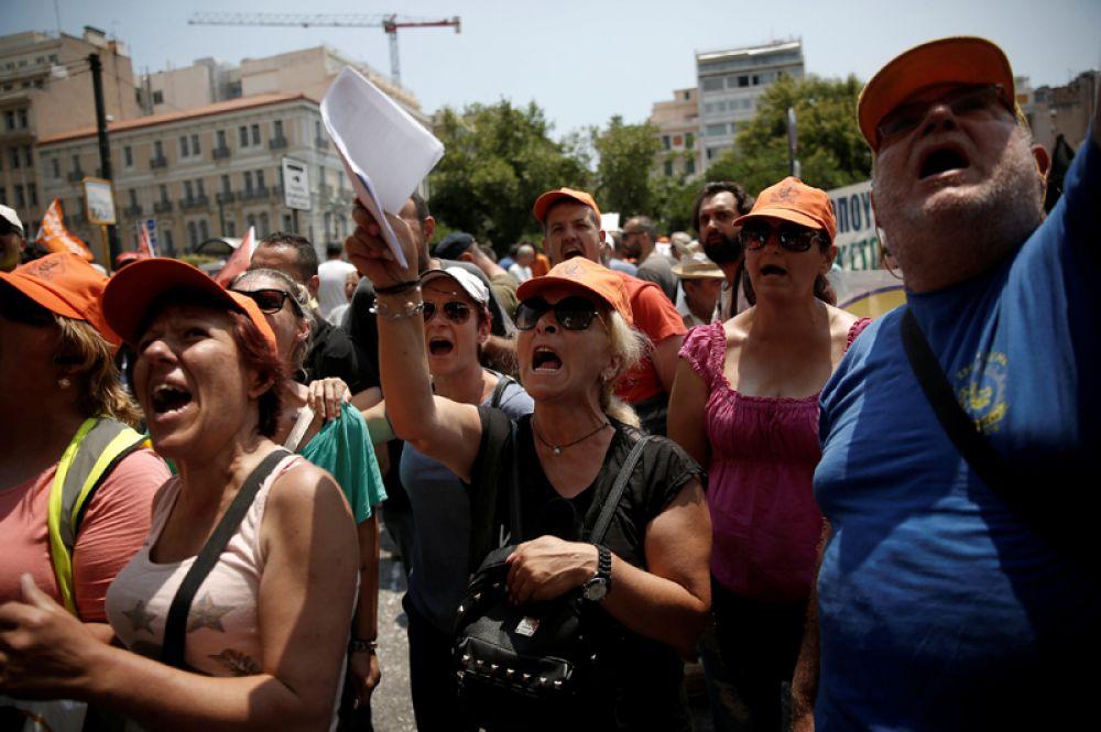Митингующие рабочие на улицах Афин.