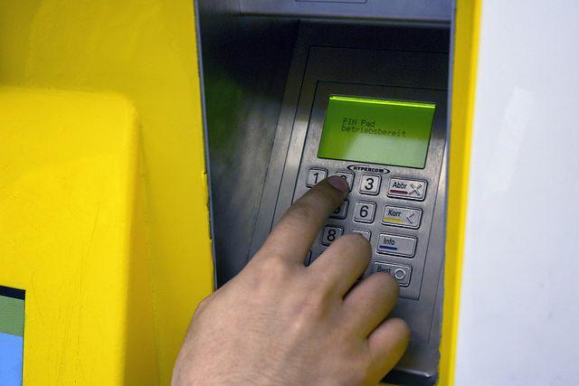 Деньги пенсионерка перечислила через банкомат.