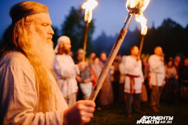 Вечером все собрались у гигантского костра, в центр которого был воткнут огромный меч.