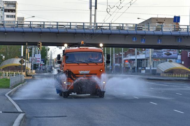 Работы выполняют специалисты БУ «Управление дорожного хозяйства и благоустройства».