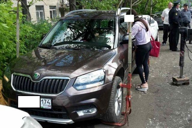 Челябинка вподгузнике 5 часов охраняла авто взалоге отсудебных приставов
