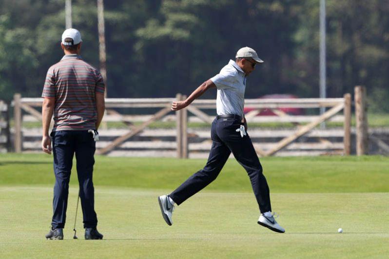26 мая 2017 года. Барак Обама играет в гольф в клубе Сент-Эндрюс в Шотландии. Бывший президент побывал с визитом в Шотландии, где принял участие в благотворительном ужине, организованном Фондом охотников.