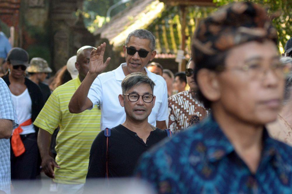 Бывший президент США Барак Обама во время посещения храма Тирта Эмпул на Бали.