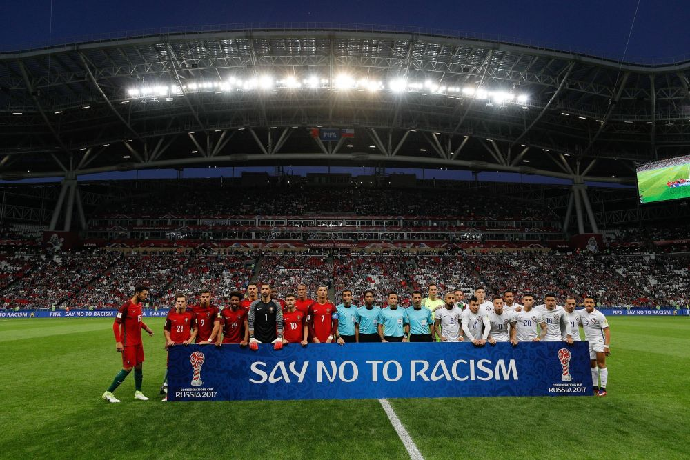 Футболисты сфотографировались с транспарантом: «Скажи нет расизму».