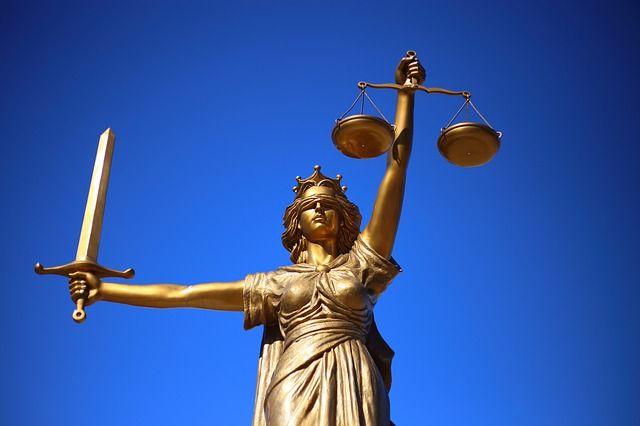 Сторонники осужденной надеются на правосудие.
