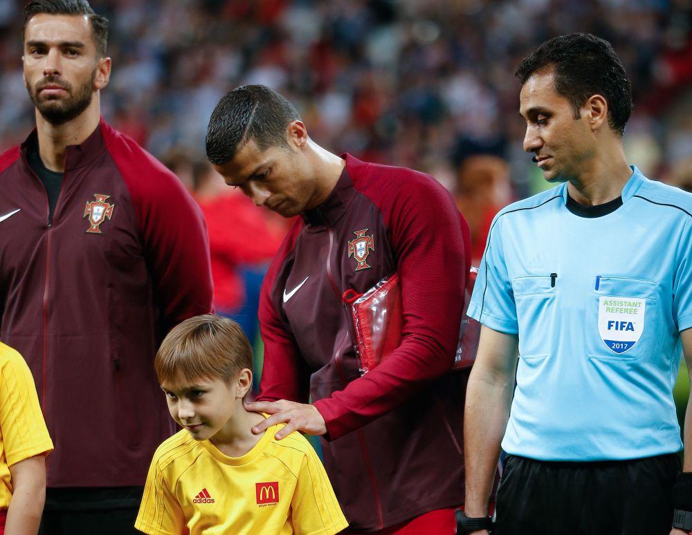 Этому мальчику повезло - мало кому в Казани Криштиану Роналду дал автограф.