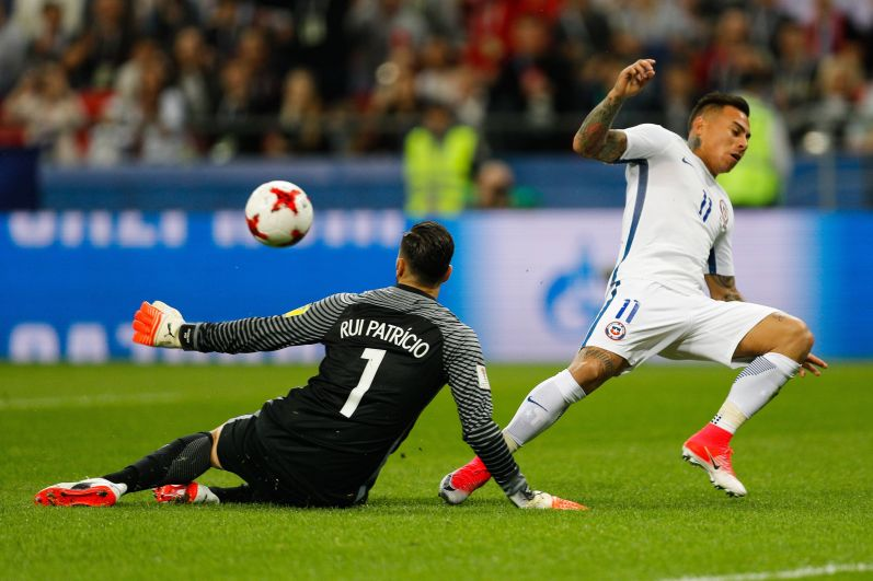 Враталь португальце Патришиу Руй сдался под напором чилийцев в серии пенальти.