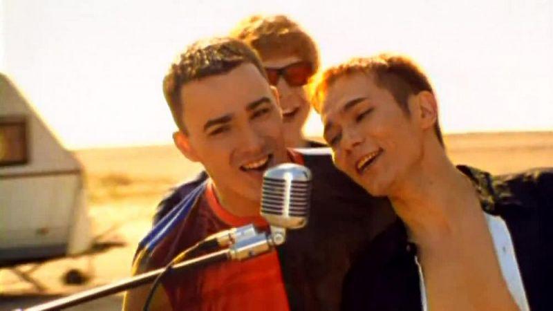 Олег Яковлев выступал в составе «Иванушек International» с 1998 года. Первой песней для Яковлева стала одна из самых популярных композиций группы: «Тополиный пух».