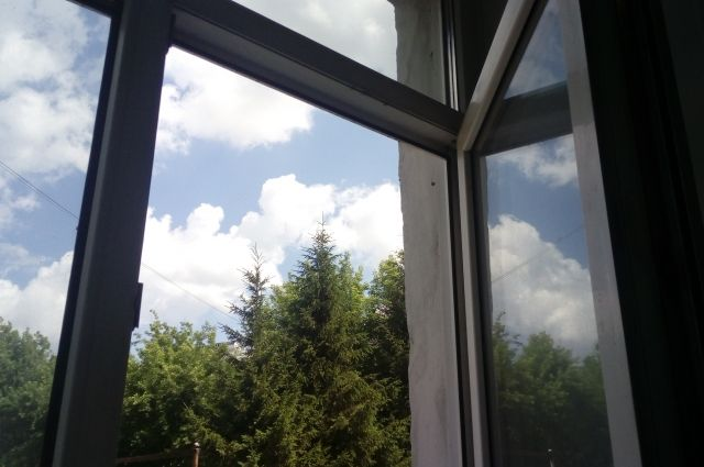 Трехлетний малыш выпал из окна 5-го этажа в Кемерове.
