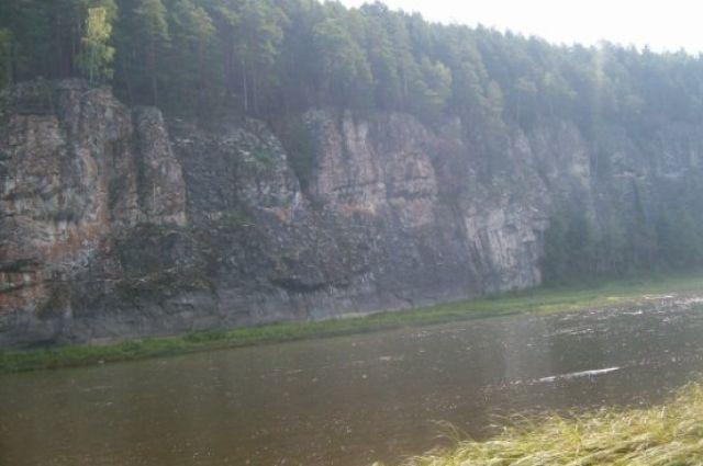 На реке Тобол баржа столкнулась с ледорезом