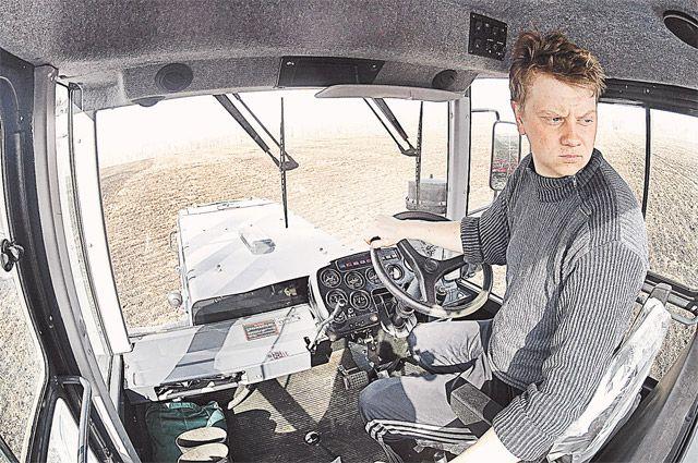 «Вот она, сельская жизнь, как есть», - говорит о своих видеороликах тракторист Корнеев.
