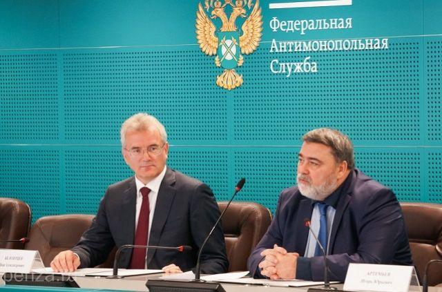 Губернатор Иванм Белозерцев и начальник ФАС Игорь Артемьев на подписании соглашения.