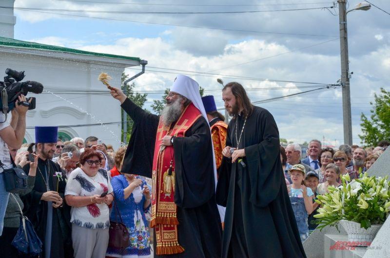 Владыка Кирилл освящает памятник.