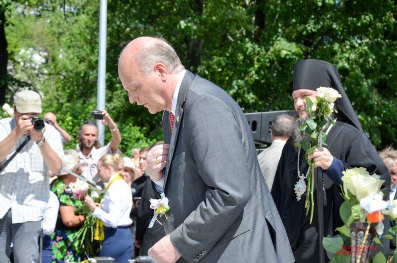 Пол Эдвард Куликовский возлагает цветы к памятнику.