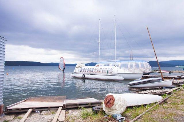 Южноуральцы оставляют лодки и катера на Тургояке, несмотря на запрет регионального министерства экологии.