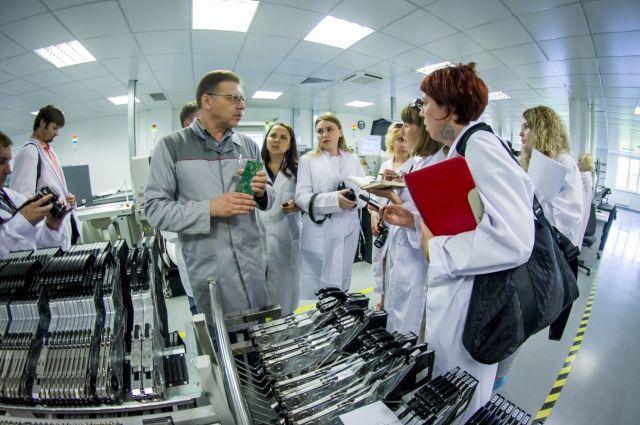 Сразу после форума делегация журналистов и блогеров отправилась на крупнейшее российское предприятие по производству телекоммуникационного и сетевого оборудования.
