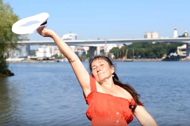 Пенсионерка Алла Пискель душевно поёт свою песню о Ростове на берегу Дона.