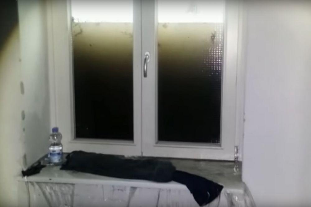 На этой фотографии хорошо виден уровень воды снаружи окна на первом этаже дома.
