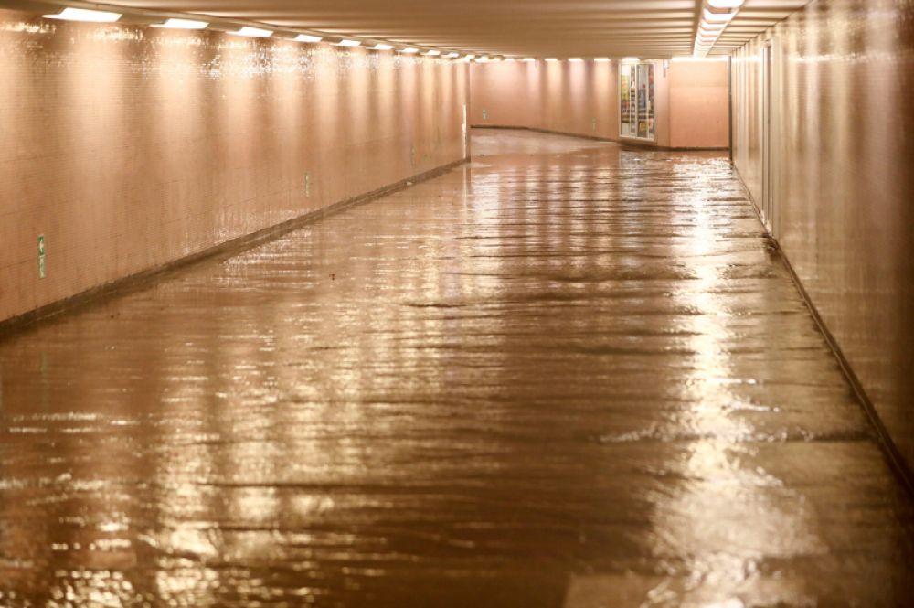 Пустой затопленный вход станции метро Шпихернштрассе.