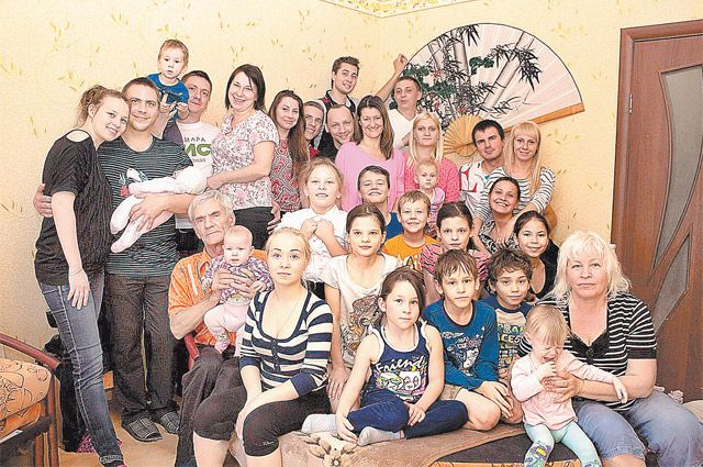 Анатолий (слева в нижнем ряду) и Валентина (в нижнем ряду справа) со старшими сыновьями, их жёнами, внуками и младшими детьми.
