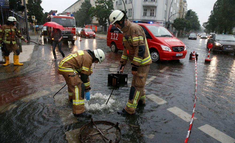 Из-за дождя экстренные службы города вынуждены были работать в режиме ЧС.