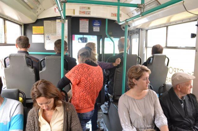 Никто из пассажиров не вступился за девушку, когда её начал избивать пьяный мужчина.