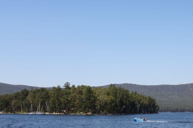 Остров Веры на озере Тургояк привлекает туристов легендами и археологическими памятниками.