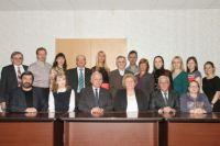 Валерий Черешнев (сидит третий слева) с коллективом кафедры микробиологии и иммунологии, которую открыл в Пермском классическом университете в 90-е годы прошлого века.