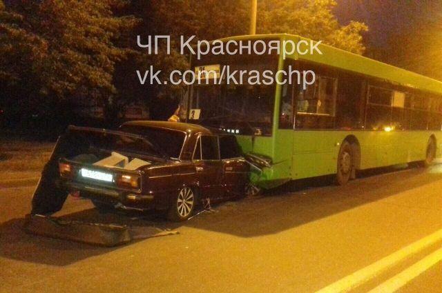 Водитель «Жигулей» 19 лет не справился с управлением, выехал на встречную полосу.