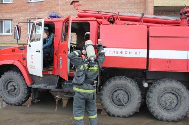 Пожарные частично разбирали фасад, чтобы пролить плёнку.