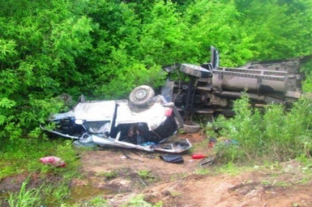 30 июня в 14:00 на автодороге Кунгур-Соликамск-Горнозаводск столкнулись автомобиль ВАЗ-212140 и большегруз Freightliner FLC.