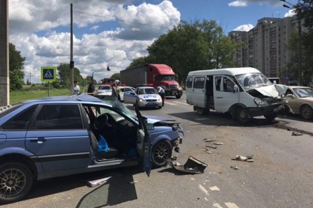 В аварии пострадали пассажир и водитель седана.